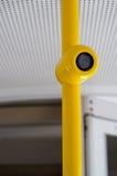 Μια κάμερα σε έναν κίτρινο πόλο Στοκ εικόνα με δικαίωμα ελεύθερης χρήσης