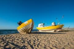 Μια κίτρινη βάρκα και κίτρινο αλιευτικό σκάφος στην παραλία Στοκ φωτογραφίες με δικαίωμα ελεύθερης χρήσης