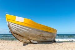 Μια κίτρινη βάρκα στην παραλία Στοκ εικόνα με δικαίωμα ελεύθερης χρήσης