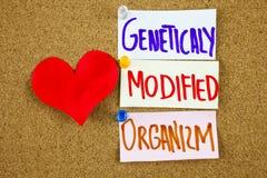Μια κίτρινη κολλώδης σημείωση που γράφει, τίτλος, επιγραφής ΓΤΟ τροποποιημένης γενετικά αρκτικόλεξο οργανισμών στις ζωηρόχρωμες κ στοκ φωτογραφία με δικαίωμα ελεύθερης χρήσης