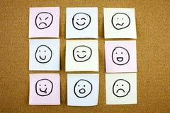 Μια κίτρινη κολλώδης σημείωση το ταχυδρομεί που γράφει, τίτλος, τσαλακωμένη επιγραφή κολλώδης σημείωση emoticons smileys στο μαύρ Στοκ φωτογραφία με δικαίωμα ελεύθερης χρήσης