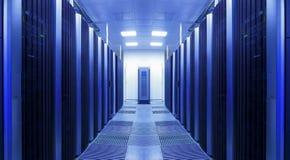 Μια καθαρή και συνεπής σειρά των ραφιών κεντρικών υπολογιστών στο datacenter στοκ φωτογραφία