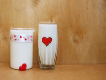 Μια κανάτα και ένα ποτήρι του γάλακτος στο ξύλινο υπόβαθρο, έννοια γάλακτος στοκ φωτογραφία με δικαίωμα ελεύθερης χρήσης