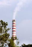 Μια καπνοδόχος εγκαταστάσεων παραγωγής ενέργειας με το φίλτρο και τον καθαρό καπνό Στοκ εικόνα με δικαίωμα ελεύθερης χρήσης