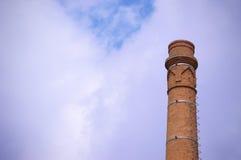 Μια καπνοδόχος ενάντια σε έναν μπλε ουρανό στοκ εικόνες