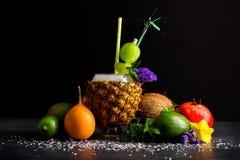Μια κατάταξη των εξωτικών φρούτων Φλυτζάνι, αβοκάντο, πορτοκάλι, γρανάτης, πορτοκάλι και καρύδα ανανά σε ένα μαύρο επιτραπέζιο υπ Στοκ φωτογραφία με δικαίωμα ελεύθερης χρήσης