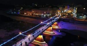 Μια καταπληκτική εναέρια άποψη της γέφυρας παραμυθιού νύχτας πριν από τα Χριστούγεννα, Uzhgorod, Ουκρανία φιλμ μικρού μήκους