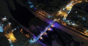 Μια καταπληκτική εναέρια άποψη της γέφυρας παραμυθιού νύχτας πριν από τα Χριστούγεννα, Uzhgorod, Ουκρανία απόθεμα βίντεο