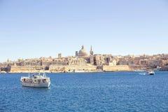 Μια καταπληκτική πανοραμική άποψη μιας αρχαίας πρωτεύουσας Valletta στη Μάλτα με μια βάρκα στη θάλασσα Στοκ Φωτογραφία