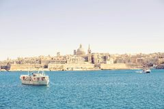 Μια καταπληκτική πανοραμική άποψη μιας αρχαίας πρωτεύουσας Valletta στη Μάλτα με μια βάρκα στη θάλασσα Στοκ φωτογραφία με δικαίωμα ελεύθερης χρήσης