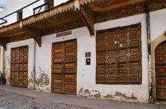 Μια καταπληκτική πόλη στο Μαρόκο, τη Rabat, το medina, τις στενές οδούς, ξύλινος απίστευτος awnings ομορφιάς και τα παραθυρόφυλλα στοκ φωτογραφίες