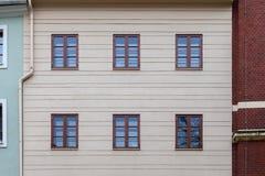 Μια κατευθείαν άποψη προσόψεων μιας παλαιάς πολυκατοικίας Στοκ εικόνα με δικαίωμα ελεύθερης χρήσης