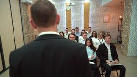 Μια κατηγορία σε ένα πανεπιστήμιο που ακούει ένας δάσκαλος Η ομάδα σπουδαστών σε μια τάξη, που ακούει ως δάσκαλός τους κρατά το α φιλμ μικρού μήκους