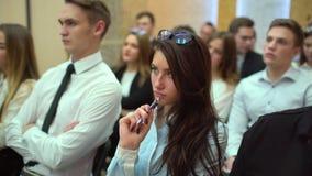 Μια κατηγορία σε ένα πανεπιστήμιο που ακούει ένας δάσκαλος Η ομάδα σπουδαστών σε μια τάξη, που ακούει ως δάσκαλός τους κρατά το α απόθεμα βίντεο
