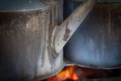 Μια κατσαρόλα σιδήρου stell με την πυρκαγιά στην παραδοσιακή angkringan φωτογραφία πωλητών που λαμβάνεται στο yogyakarta Ινδονησί Στοκ φωτογραφία με δικαίωμα ελεύθερης χρήσης