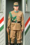Μια καυκάσια αρσενική ουγγρική φρουρά μπεζ σε ομοιόμορφο και το τουφέκι που στέκεται τη φρουρά κοντά σε Buda Castle στη Βουδαπέστ Στοκ Εικόνες