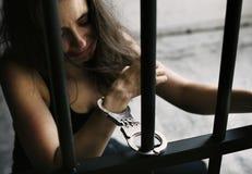 Μια καυκάσια γυναίκα αποκτάται κλειδωμένη στο κύτταρο Στοκ εικόνα με δικαίωμα ελεύθερης χρήσης
