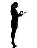 Ψηφιακή ταμπλέτα δακτυλογράφησης υπολογισμού υπολογιστών επιχειρησιακών γυναικών silhoue Στοκ Φωτογραφίες