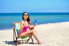 Μια καλή προσθήκη γυναικών suntan στην παραλία Στοκ φωτογραφία με δικαίωμα ελεύθερης χρήσης