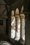 Μια καλυμμένη διάβαση πεζών με τις αρχαίες αψίδες και τις στήλες Στοκ Εικόνα