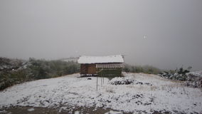 Μια καλύβα μια χιονώδη ημέρα Στοκ φωτογραφίες με δικαίωμα ελεύθερης χρήσης