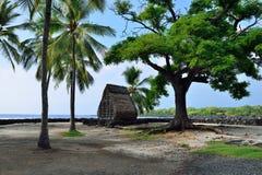 Μια καλύβα στην παραλία στο uhonua ο Honaunau PU ` η θέση του καταφυγίου στο μεγάλο νησί της Χαβάης Στοκ εικόνα με δικαίωμα ελεύθερης χρήσης