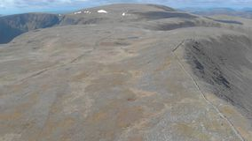 Μια κεραία μπροστινή αποκαλύπτει το μήκος σε πόδηα ενός σκωτσέζικου οροπέδιου συνόδου κορυφής με τον τεράστιο απότομο βράχο στο υ απόθεμα βίντεο