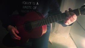 Μια κιθάρα παιχνιδιού ατόμων μόνο απόθεμα βίντεο