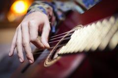 Μια κιθάρα που παίζεται από τον εκτελεστή Στοκ Εικόνες