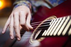 Μια κιθάρα που παίζεται από τον εκτελεστή Στοκ φωτογραφία με δικαίωμα ελεύθερης χρήσης