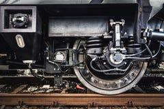 Μια κινηματογράφηση σε πρώτο πλάνο ροδών τραίνων Βιομηχανία σιδηροδρόμων στοκ φωτογραφία με δικαίωμα ελεύθερης χρήσης