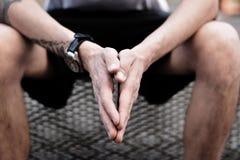 Μια κινηματογράφηση σε πρώτο πλάνο στα ανθρώπινα χέρια στοκ εικόνα με δικαίωμα ελεύθερης χρήσης