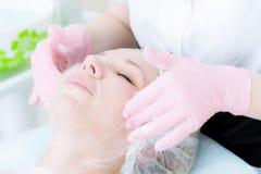 Μια κινηματογράφηση σε πρώτο πλάνο της διαδικασίας καθαρισμού στο γραφείο cosmetology Καθαρισμός του δέρματος με τον αφρό Όμορφο  Στοκ φωτογραφία με δικαίωμα ελεύθερης χρήσης