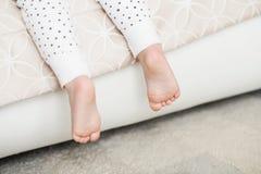 Μια κινηματογράφηση σε πρώτο πλάνο των μικροσκοπικών ποδιών μωρών Στοκ φωτογραφίες με δικαίωμα ελεύθερης χρήσης