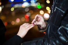 Μια κινηματογράφηση σε πρώτο πλάνο ενός ατόμου που βάζει ένα δαχτυλίδι αρραβώνων στοκ εικόνα με δικαίωμα ελεύθερης χρήσης