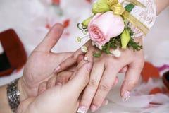 Μια κινηματογράφηση σε πρώτο πλάνο ενός γαμήλιου δαχτυλιδιού Στοκ φωτογραφίες με δικαίωμα ελεύθερης χρήσης