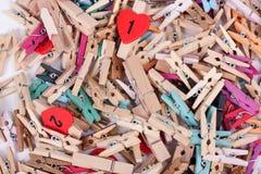 Μια κινηματογράφηση σε πρώτο πλάνο των ζωηρόχρωμων ξύλινων καρφιτσών γόμφων Στοκ Εικόνες