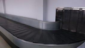 Μια κινούμενη κινηματογράφηση σε πρώτο πλάνο ζωνών ιπποδρομίων ή μεταφορέων αποσκευών απόθεμα βίντεο