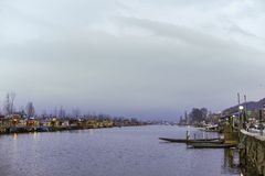 Μια κλήση ` Shikara ` βαρκών που χρησιμοποιείται από τους τοπικούς ανθρώπους για να ταξιδεψει το σταυρό η λίμνη DAL στοκ φωτογραφία με δικαίωμα ελεύθερης χρήσης