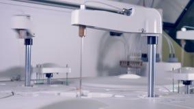 Μια κλινική συσκευή ανάλυσης χημείας αίματος κατά τη διάρκεια της εργασίας φιλμ μικρού μήκους