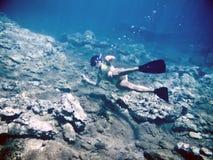 Μια κολύμβηση με αναπνευστήρα γυναικών Στοκ εικόνα με δικαίωμα ελεύθερης χρήσης