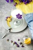Μια κορυφή βλέπει άνωθεν ένα γυαλί της Μαργαρίτα που γεμίζουν με το φρέσκο, γλυκό και οργανικό ποτό γάλακτος σε ένα ζωηρόχρωμο υπ Στοκ εικόνες με δικαίωμα ελεύθερης χρήσης