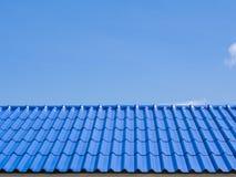 Μια κορυφή στεγών με τα μπλε κεραμίδια Στοκ Φωτογραφία