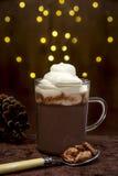 Μια κούπα του κακάου και της κρέμας, κουτάλι με τη ζάχαρη έψησε τα αμύγδαλα Στοκ Εικόνα