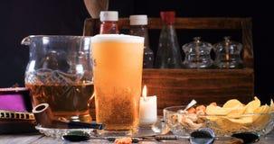 Μια κρύα πίντα του ξανθού γερμανικού ζύού μπύρας που χύνεται σε ένα μπαρ απόθεμα βίντεο