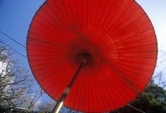 Μια κόκκινη ιαπωνική ομπρέλα στο engaku-Ji zviroku-SAN dai-Engaku Kosho Zen-Jin, ένα κέντρο της Zen, Kamakura, λίγο παλαιό Κιότο, Στοκ φωτογραφία με δικαίωμα ελεύθερης χρήσης