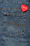 Μια κόκκινη καρδιά που κολλά από μια πίσω τσέπη ενός Jean Στοκ Φωτογραφία