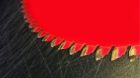 Μια κόκκινη λεπίδα επιτραπέζιων πριονιών Στοκ Εικόνες