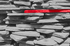 Μια κόκκινη πέτρα σε ένα κλίμα των γκρίζων πετρών Στοκ Φωτογραφία