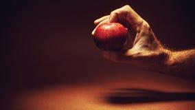 Μια κόκκινη Apple σε ένα χέρι Στοκ Εικόνες